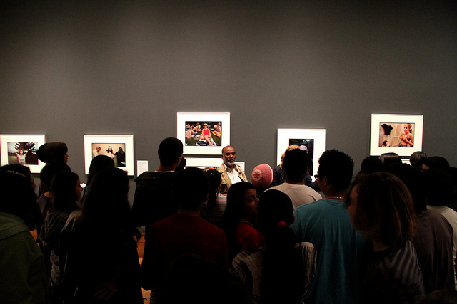 Sudharak Olwe with students from Venice High School in the Getty Center galleries