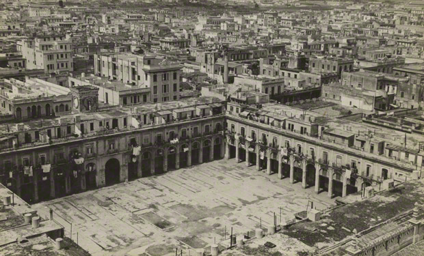 <em>Plaza del Vapor, Market Area, Havana</em>, Walker Evans, 1933. The J. Paul Getty Museum. © Walker Evans Archive, The Metropolitan Museum of Art