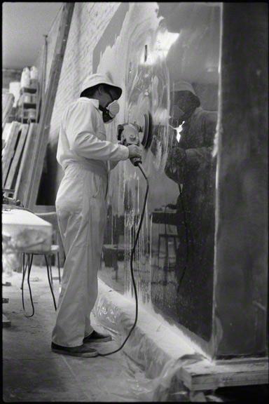 De Wain Valentine sanding Gray Column, 1975-76