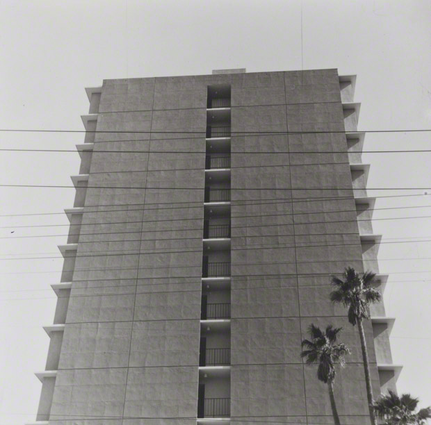 818 S. Doheny Drive from Some Apartment Buildings / Ed Ruscha