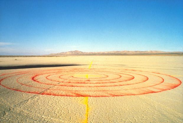 Spine of the Earth, Lita Albuquerque, 1980. Ephemeral installation at El Mirage Dry Lake Bed, CA. Photo: Lita Albuquerque © Lita Albuquerque Studio, 1980