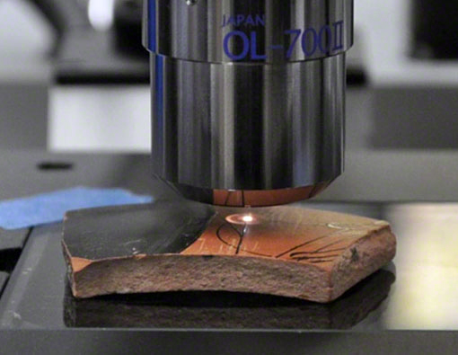 Line on a pottery sherd being examined by optical microscopy