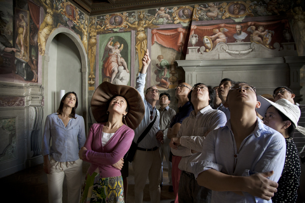 Connecting Art Histories participants studying frescoes in the Casa Vasari palace in Florence, Italy. © J. Paul Getty Trust