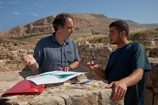 Tom Roby discusses a mosaic survey with conservation trainee Habib Yahiaoui