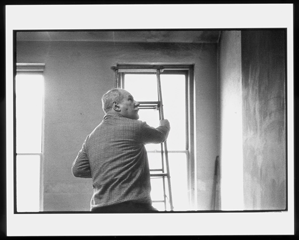 Barnett Newman working in his studio / Alexander Liberman