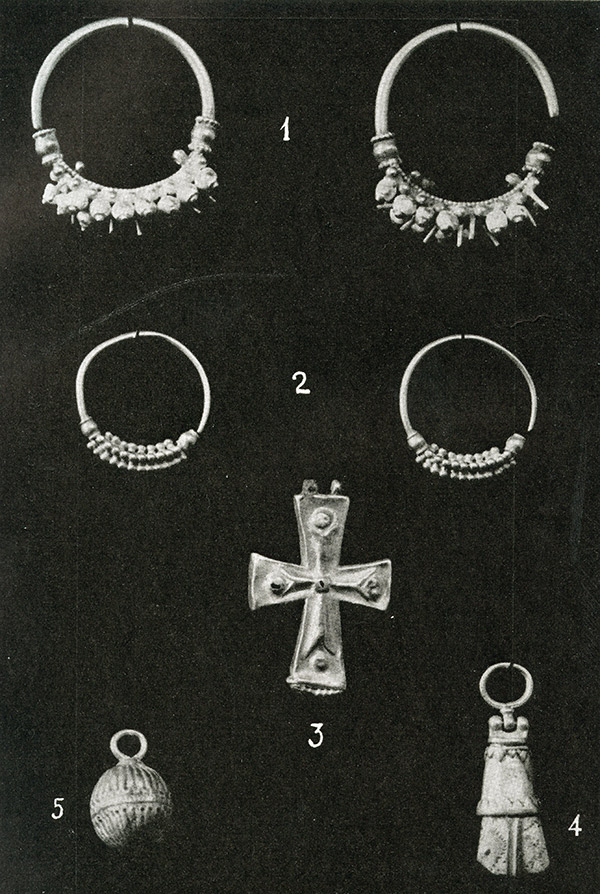 Black and white photo of Byzantine gold jewelry found in Thessaloniki