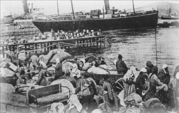 Refugees from Smyrna (Izmir) fleeing to Greece in 1922