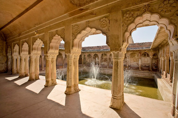 Interior of the Nagaur Fort, view of the courtyard through a colonnade