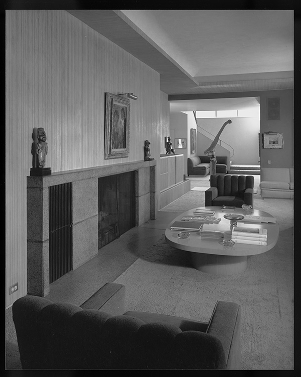 Fig. 7. Pre-Columbian statuary adorns the mantle of a modern Californian home in Shulman's photograph of Stone House. Julius Shulman photography archive. The Getty Research Institute, 2004.R.10