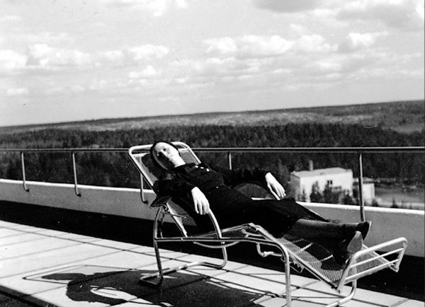 Aino Aalto resting in a chair on the solarium terrace. Photo: Alvar Aalto, Alvar Aalto Museum, 1930s