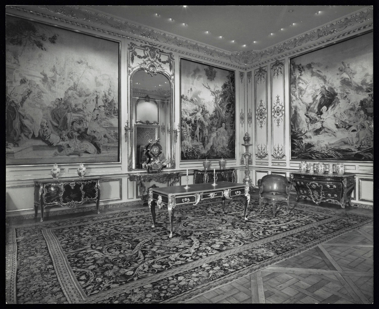 Gallery of the J. Paul Getty Museum in Malibu in 1974, displaying French decorative arts. Design: Langdon and Wilson. Photograph: Julius Shulman. The Getty Research Institute, 2004.R.10 [Job 5123]