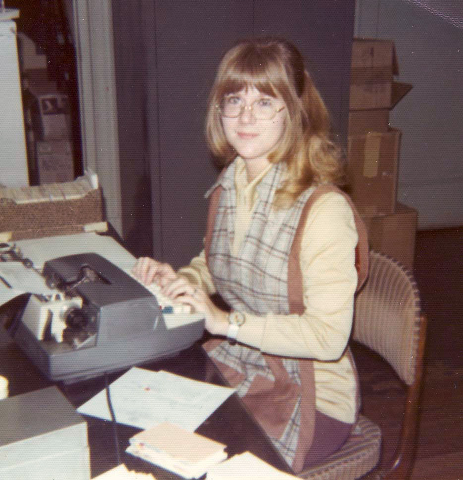 Photo from the 1970s showing a woman typing at an electric typewriter
