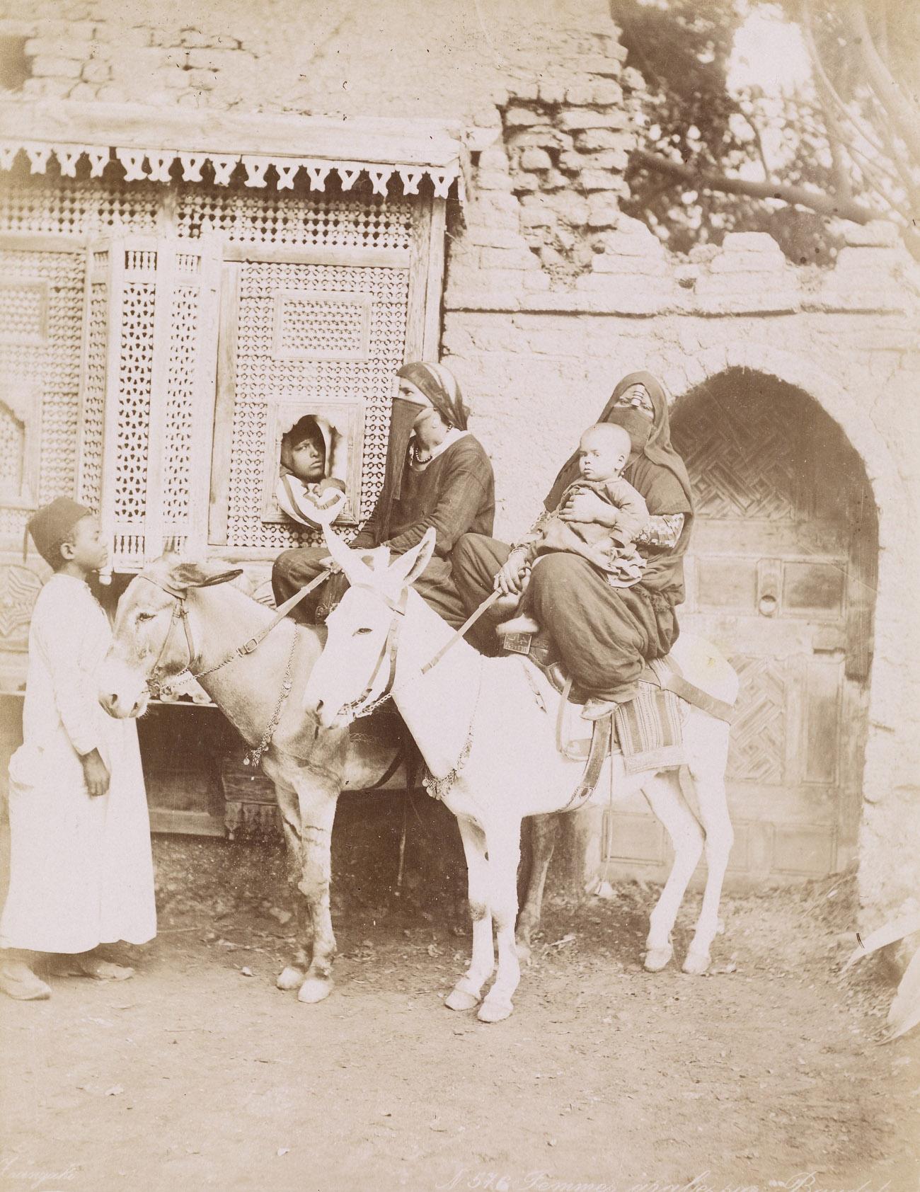 Femmes arabes sur Baudet / Zangaki Brothers
