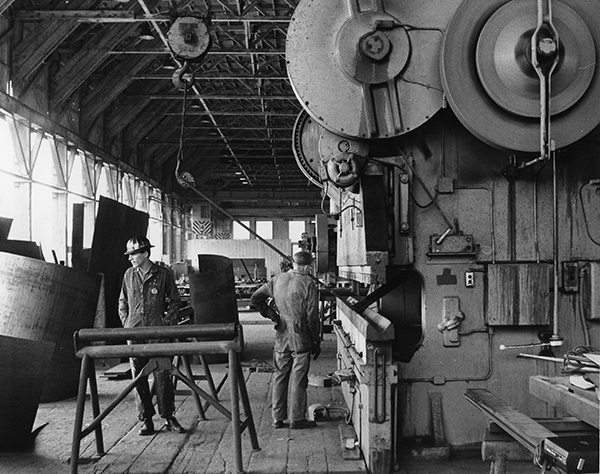 Fabrication of Robert Murray's Duet (Homage to David Smith), 1965 at the Bethlehem Shipyards in San Pedro, California, 1965. Artwork © Robert Murray. Photo: Douglas Fox, reproduced courtesy Robert Murray and Special Collections and University Archives, California State University Long Beach, International Sculpture Symposium, 1965.